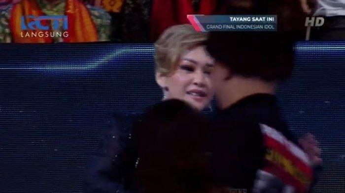 Momen Ahmad Dhani dan Maia Estianty Cium Pipi di Indonesian Idol X
