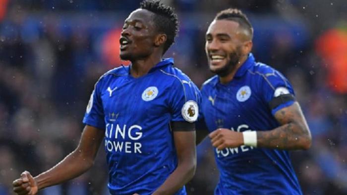 Pemain sayap Leicester City, Ahmed Musa, dikejar Danny Simpson saat merayakan gol ke gawang Crystal Palace pada laga Premier League, Sabtu (22/10/2016).