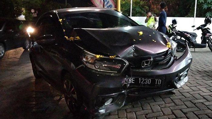 Alami Kecelakaan, Honda Brio Tabrak Pembatas Jalan, Saksi Mata Ungkap Kondisi Sopir