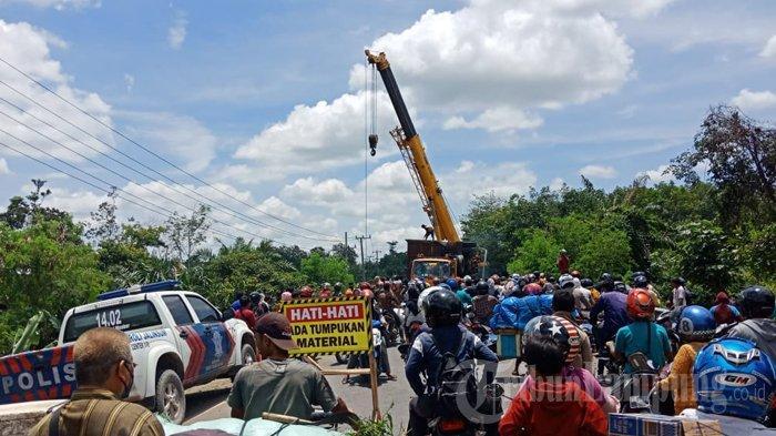 Alami Kecelakaan, Truk Fuso Terjun ke Sungai di Tulangbawang, Terjadi Kemacetan Panjang