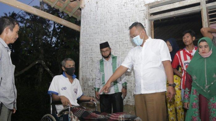 Alami Kelumpuhan, Pengrajin Perabotan Rumah Tangga di Pringsewu Dapat Bantuan Kursi Roda