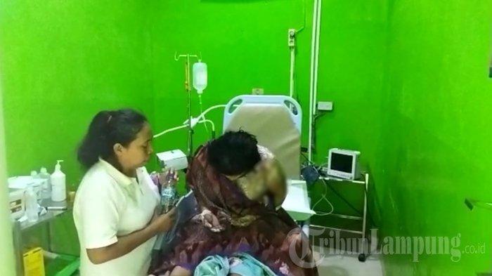 Ibu rumah tangga di Lampung Utara, Sri saat mendapat perawatan di RSUD Ryacudu Kotabumi, Lampung Utara. Seorang anak di Lampung Utara bacok ibu pakai golok dan siram air panas ke ibu. Peristiwa itu terjadi di Kelurahan Cempedak, Kotabumi, Lampung Utara.