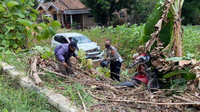 Satlantas Polres Way Kanan Olah TKP Lakalantas di Baradatu yang Akibatkan 2 Korban Luka