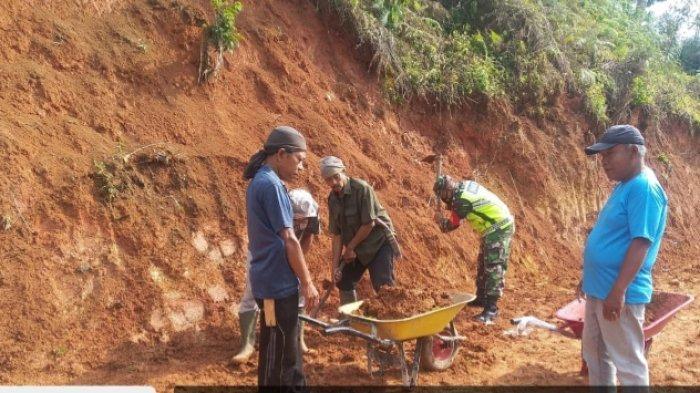Anggota TNI di Lampung Barat Gotong-royong Bersama Warga Bangun Jalan Wisata