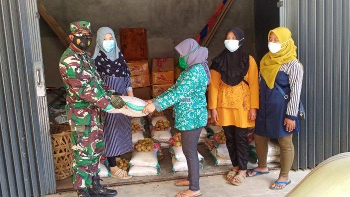 Anggota TNI Lampung Barat Kawal Pembagian Bansos BPNT Kemensos RI ke Suoh