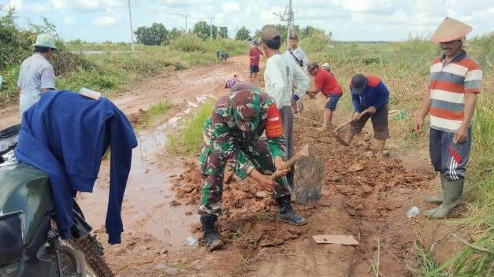 Serda Priyo Santoso Bersama Warga Perbaiki Jalan Rusak