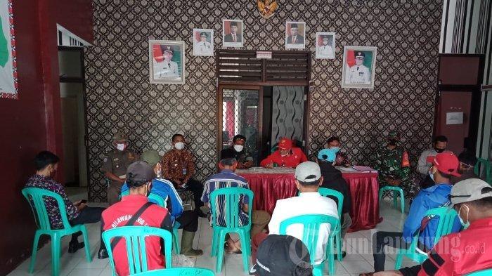 Anggota TNI Dampingi Dinsos Lampung Barat Bagikan Bansos Kepada 44 Warga