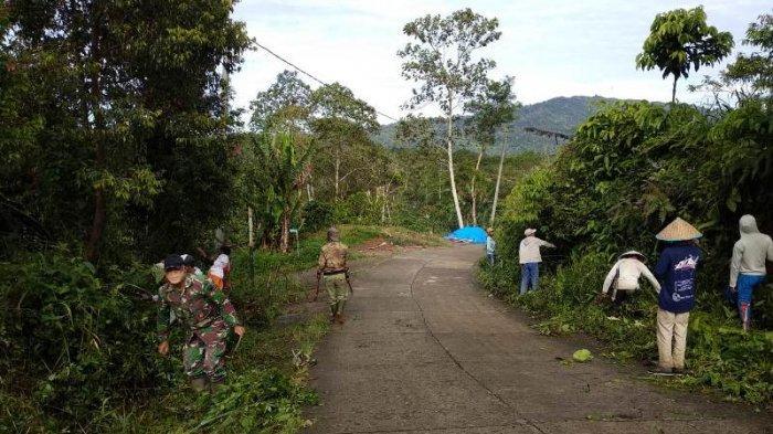 Anggota TNI di Lampung Barat Ikut Gotong Royong Bersama Warga Bersihkan Jalan