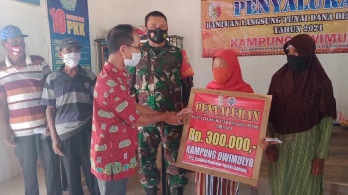 Anggota TNI di Tulangbawang Pantau Penyaluran BLD Dana Desa