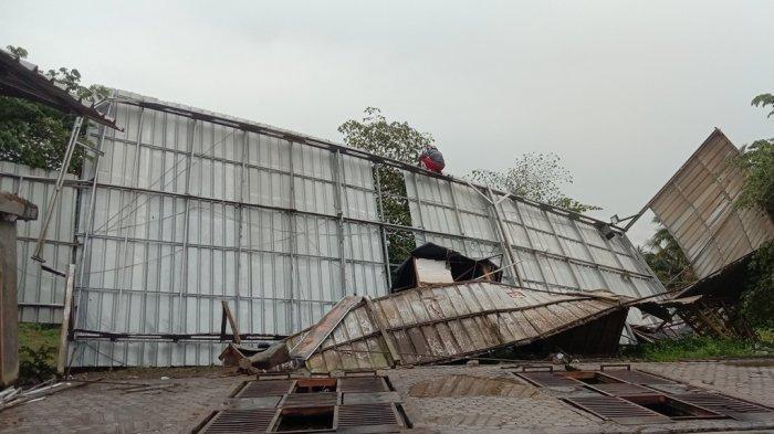 Cucian Mobil di Pringsewu Lampung Dihantam Angin Kencang