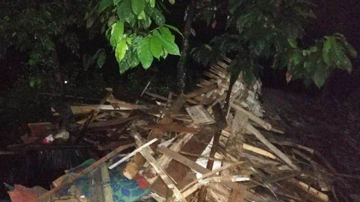 BREAKING NEWS IRT di Pringsewu Gemetar Saksikan Rumahnya Roboh Tersapu Angin Kencang
