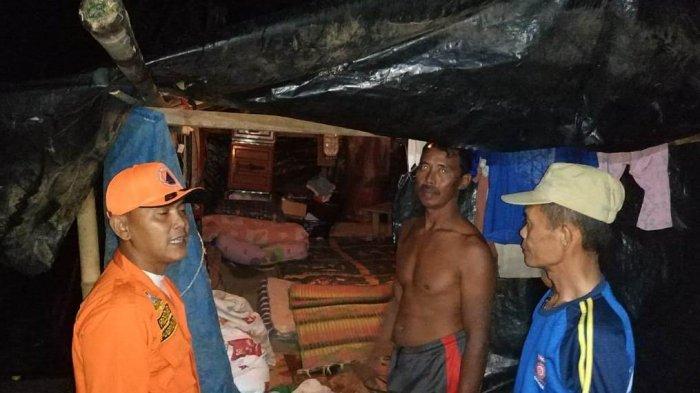 Rumah Roboh Tersapu Angin Kencang, Satu Keluarga di Pringsewu Tinggal di Tenda Plastik