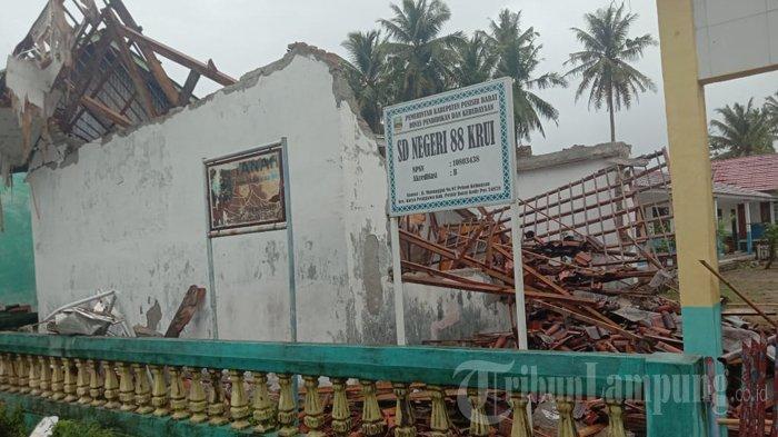 Angin Kencang Rusak 42 Rumah Warga di Pesisir Barat, Gedung Perpustakaan SD Roboh