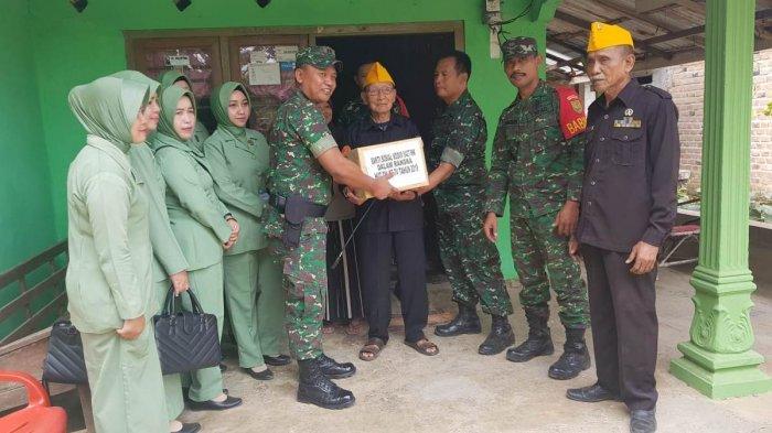 Dandim dan Ketua Persit Kodim 0427/Way Kanan Anjangsana dengan Para Veteran