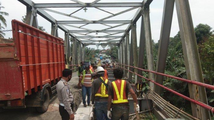 Polres Lampung Utara Kawal Perbaikan Jembatan Jalinteng KM 123-124