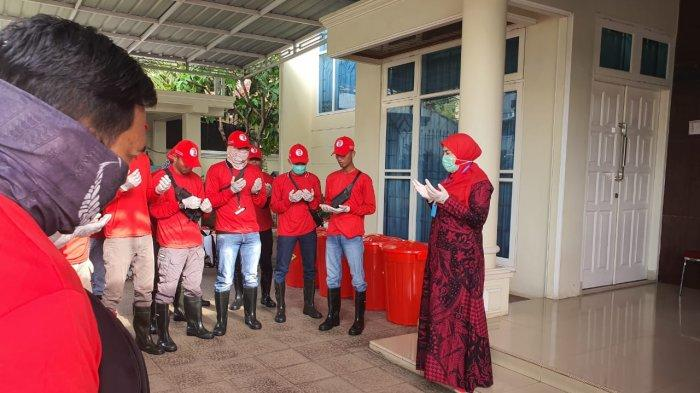 Antisipasi Virus Corona, Eva Dwiana Pimpin MTRH Lampung Semprot Disinfektan di Rumah Warga