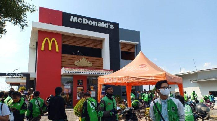 Customer Buru BTS Meal, Puluhan Driver Gojek Antre Panjang di McDonalds Kedaton
