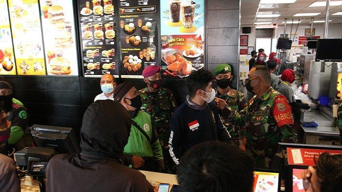 BERITA FOTO Satgas Covid 19 Bandar Lampung Bubarkan Antrean Gerai McDonalds