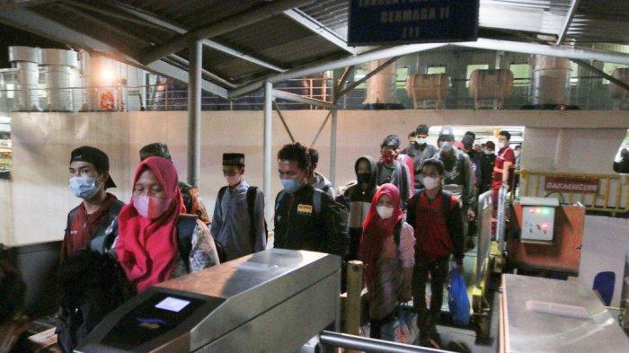 Pemudik dari Pulau Jawa mengantre saat turun dari kapal di Pelabuhan Bakauheni, Lampung Selatan, Rabu (5/5/2021) dini hari.