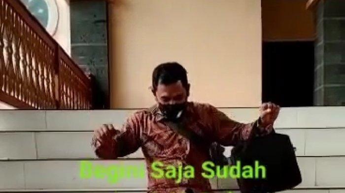 Video Viral Aparat Desa Main Perosotan di Tangga Kantor Pemkab Tulangbawang Barat Lampung