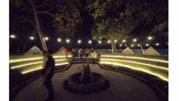 suasana pada malam hari, dan amphitheatre berada di area glamping