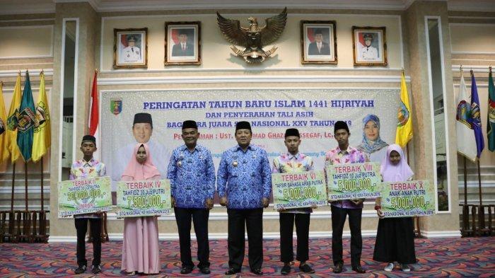 Arinal Djunaidi Berikan Tali Asih Pada Kafilah Asal Lampung