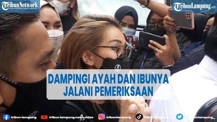 Datangi Polda Metro Jaya, Ayu Ting Ting Dampingi Ayah dan Ibunya Saat Jalani Pemeriksaan