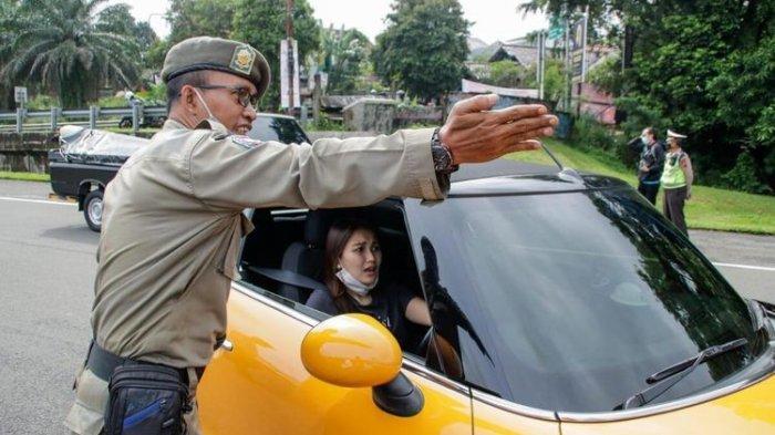 Artis Ayu Ting Ting terkena pemeriksaan sistem ganjil genap akhir pekan di pintu exit tol Jagorawi, Baranangsiang, Kota Bogor, Jawa Barat, Sabtu (6/2/2021).