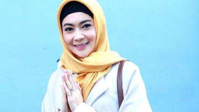 Artis Indah Dewi Pertiwi Bawa Kabar Bahagia, Pakai Hijab dan Segera Menikah
