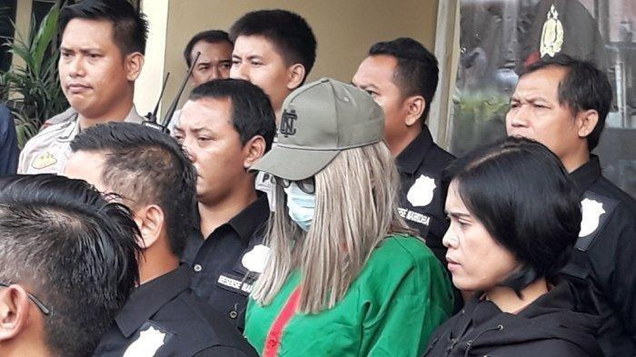 Artis Lucinta Luna Dipanggil Mas Fattah saat Dihadirkan Dalam Jumpa Pers di Polres Jakarta Barat