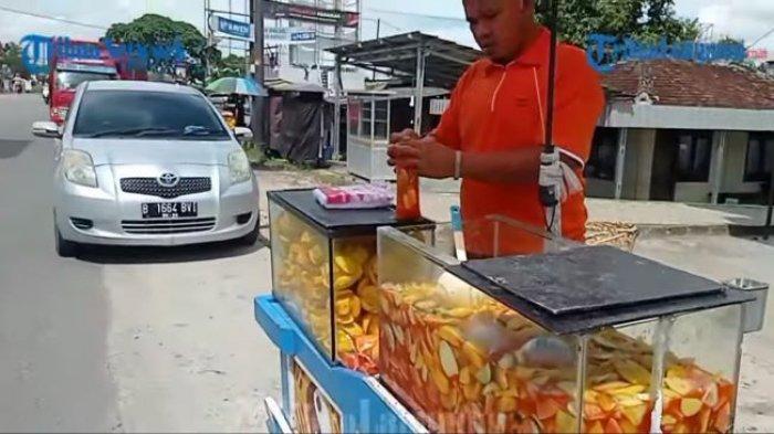 Dede menjajakan asinan buah di Pasar Simpang Pematang, Mesuji, Jumat (18/6/2021).