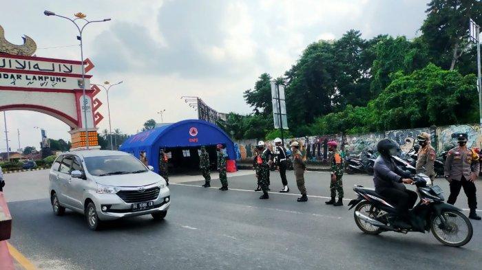 Edukasi PPKM Mikro, Koramil 410-06 /Kedaton Pantau Pendatang di Posko Penyekatan
