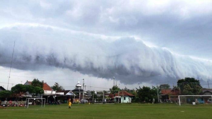Awan berbentuk mirip gelombang tsunami di Pekalongan