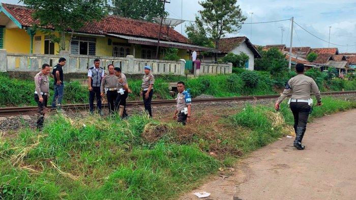 Mobil Ditabrak Kereta Babaranjang di Kotabumi Diduga Anggota Polisi