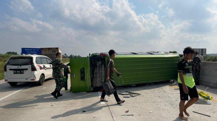Letda Inf Sunarto Kodim 0410 Bantu Evakuasi Korban Kecelakaan di Tol KM 160 Lampung