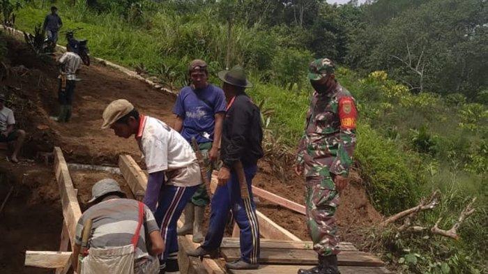 Babinsa Koramil 422-01/Pesisir Utara Lampung Bantu Warga Perbaiki Jembatan di Pagar Dalam