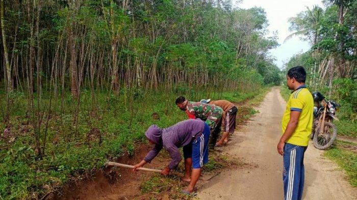 Babinsa dan Masyarakat Gotong Royong Bersihkan Jalan Kampung Lebung Lawe Way Kanan Lampung