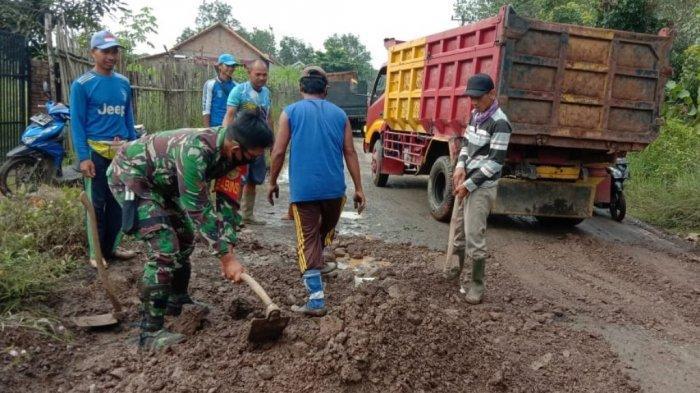 Babinsa Koramil 427-04/Bahuga Way Kanan Lampung Bersama Warga Perbaiki Jalan Kampung di Way Tuba
