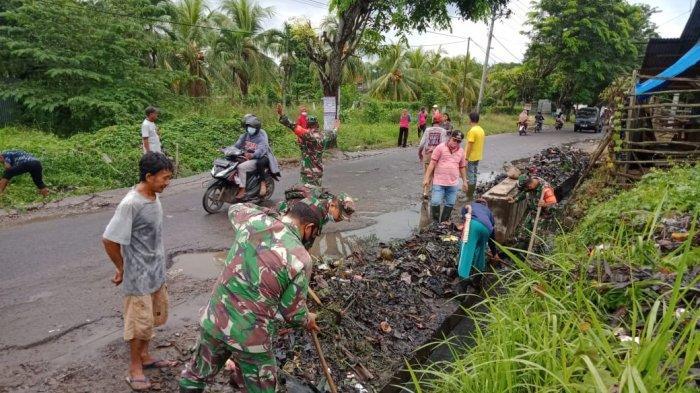 Bakti Sosial TNI, Babinsa Koramil 410-03/TBU Bersama Warga Bersihkan Saluran Air