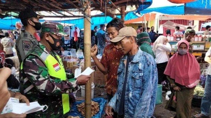 Babinsa Kasui Way Kanan Lampung Bagikan Masker ke Warga