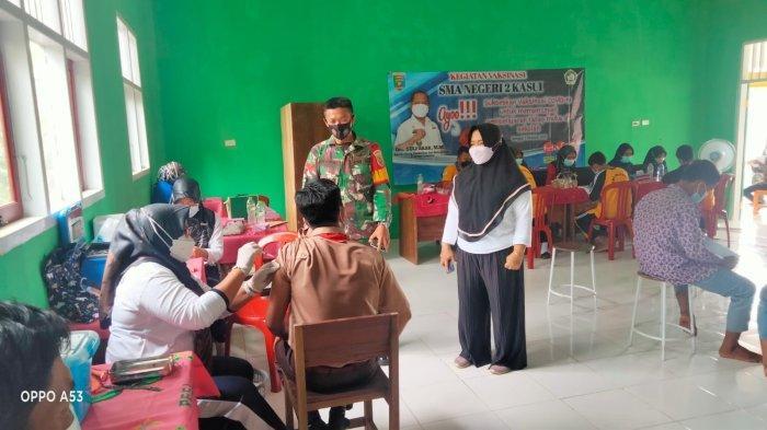 Babinsa Koramil 0427-02 Kasui Lampung Dampingi Siswa SMAN 2 Vaksinasi