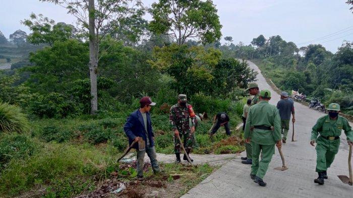 Anggota TNI di Lampung Barat Gotong Royong Bersama Warga Bersihkan Badan Jalan