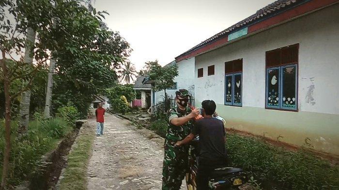 Babinsa Banjit Way Kanan Lampung Bagikan Masker ke Warga
