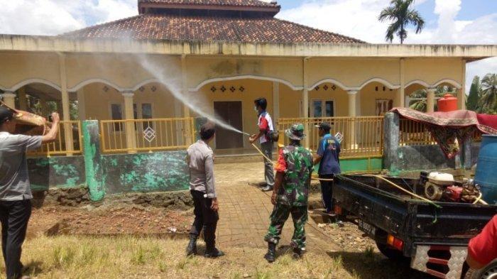 Babinsa Koramil Banjit Way Kanan Semprot Disinfektan Masjid hingga Rumah Warga