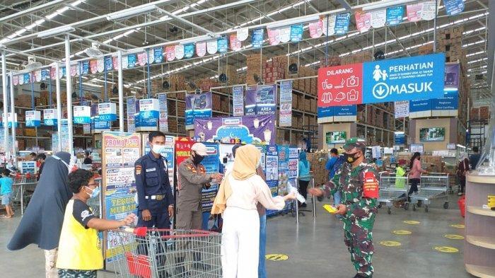 Pelda Romulo Tegur Pengunjung Yang tidak Patuhi Prokes di Indrogrosir