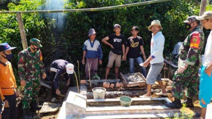 Babinsa Koramil 422-05/Belalau Lampung Barat Sertu Joniyadi Bantu Warga Bangun Pagar TPU