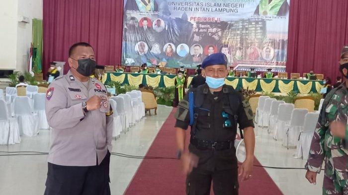 Babinsa Koramil 410-01/Panjang Pantau Prokes Kegiatan Yudisium Universitas Islam Negeri