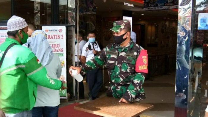 Babinsa Sertu Supriyanto Imbau Pengunjung Mall MBK Patuhi Prokes