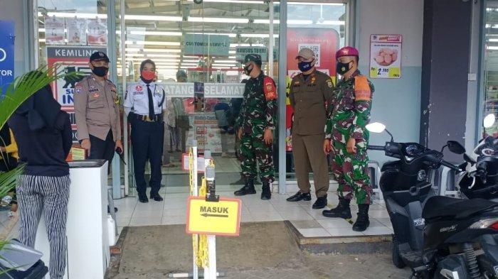Babinsa Sertu Arfain Disiplinkan Prokes di Superindo Kemiling