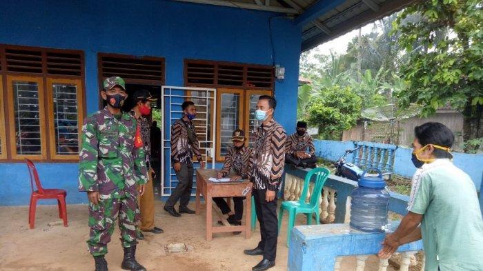 Babinsa Koramil 427-05/Banjit Way Kanan Lampung Himbau Warga Pakai Masker